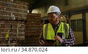 Male worker using digital tablet 4k . Стоковое видео, агентство Wavebreak Media / Фотобанк Лори