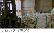 Male worker operating forklift in warehouse 4k. Стоковое видео, агентство Wavebreak Media / Фотобанк Лори