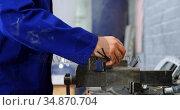 Mechanic using bench vises in garage 4k. Стоковое видео, агентство Wavebreak Media / Фотобанк Лори