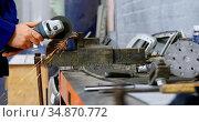 Mechanic using grinding machine in garage 4k. Стоковое видео, агентство Wavebreak Media / Фотобанк Лори