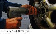 Mechanic using bolt tightening machine in garage 4k. Стоковое видео, агентство Wavebreak Media / Фотобанк Лори