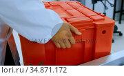 Laboratory technician carrying cooler box in blood bank 4k. Стоковое видео, агентство Wavebreak Media / Фотобанк Лори