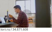 Mechanic holding chain ring while using mobile phone on desk 4k. Стоковое видео, агентство Wavebreak Media / Фотобанк Лори