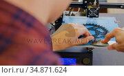Mechanic taking out chain ring from die machine in workshop 4k. Стоковое видео, агентство Wavebreak Media / Фотобанк Лори