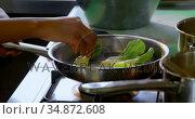 Chef preparing food in kitchen 4k. Стоковое видео, агентство Wavebreak Media / Фотобанк Лори