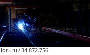 Metalsmith using welding torch in workshop 4k. Стоковое видео, агентство Wavebreak Media / Фотобанк Лори