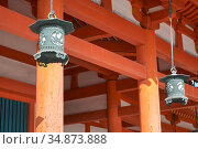 Hanging copper lanterns on the background of vermilion columns. Heian-jingu Shrine. Kyoto. Japan (2007 год). Стоковое фото, фотограф Serg Zastavkin / Фотобанк Лори