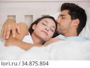 Peaceful couple lying in bed together sleeping. Стоковое фото, агентство Wavebreak Media / Фотобанк Лори
