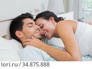 Sleepy couple embrace on bed. Стоковое фото, агентство Wavebreak Media / Фотобанк Лори