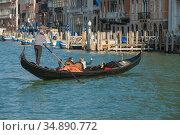 Гондольер на гондоле с с туристами на Гранд канале солнечным днем. Венеция (2017 год). Редакционное фото, фотограф Виктор Карасев / Фотобанк Лори