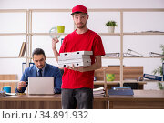 Young man delivering pizza to the office. Стоковое фото, фотограф Elnur / Фотобанк Лори