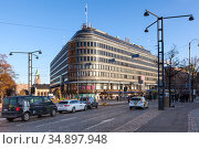 The Sokos Hotel Vaakuna building is in centre of city. It is located next to the Central railway station. The hotel represents the Nordic architecture style. Helsinki, Finland (2019 год). Редакционное фото, фотограф Кекяляйнен Андрей / Фотобанк Лори