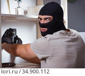 Burglar wearing balaclava mask at crime scene. Стоковое фото, фотограф Elnur / Фотобанк Лори