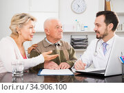 Old father with daughter visit doctor. Стоковое фото, фотограф Яков Филимонов / Фотобанк Лори