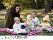 mom with four children. Стоковое фото, фотограф Типляшина Евгения / Фотобанк Лори