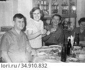 Люди за праздничным столом. Редакционное фото, фотограф Мария Кылосова / Фотобанк Лори