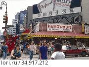 USA, New York City - Street scene in Chinatown. Редакционное фото, агентство Caro Photoagency / Фотобанк Лори