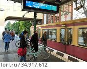 Berlin, Germany, S-Bahn line 41 enters Tempelhof station. Редакционное фото, агентство Caro Photoagency / Фотобанк Лори