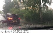 Вид из лобового окна автомобиля на улицу с проливным дождем. Стоковое видео, видеограф Кекяляйнен Андрей / Фотобанк Лори