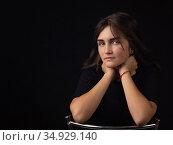 Портрет юной девушки облокотившейся руками на спинку стула, девушка смотрит в кадр. Стоковое фото, фотограф Иванов Алексей / Фотобанк Лори