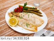Perch fillet with lemon and asparagus. Стоковое фото, фотограф Яков Филимонов / Фотобанк Лори