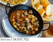 Cooking grape snails in spicy sauce. Стоковое фото, фотограф Яков Филимонов / Фотобанк Лори