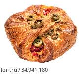 Румяная булочка с сыром, оливками, томатами и базиликом на белом фоне. Стоковое фото, фотограф Румянцева Наталия / Фотобанк Лори
