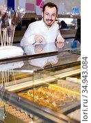 guy deciding on best dessert in bakery. Стоковое фото, фотограф Яков Филимонов / Фотобанк Лори