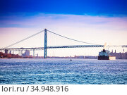 Ambassador Bridge from Detroit driver and boat (2018 год). Стоковое фото, фотограф Сергей Новиков / Фотобанк Лори