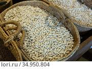 Dried ganxet beans displayed in grocery. Стоковое фото, фотограф Яков Филимонов / Фотобанк Лори