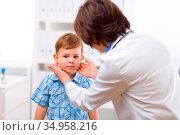 Examining,palpation,pediatrician. Стоковое фото, фотограф marcus / easy Fotostock / Фотобанк Лори