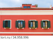 Red wall with windows with green shutters and roof with attic in Sibenik, Croatia (2018 год). Стоковое фото, фотограф Сергей Фролов / Фотобанк Лори