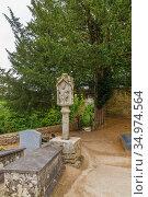 Жослен, Франция. Надгробия у часовни Sainte-Croix (2017 год). Стоковое фото, фотограф Rokhin Valery / Фотобанк Лори