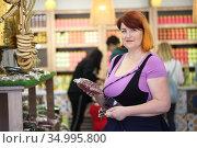 Woman in the store buys tea. Стоковое фото, фотограф Марина Володько / Фотобанк Лори