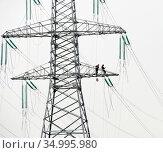 Монтажники на мачте линии электропередачи. Редакционное фото, фотограф Александр Щепин / Фотобанк Лори