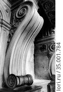 Twisted column base inside the Arezzo Cathedral (Cattedrale di Ss. Donato e Pietro) in the city of Arezzo in Tuscany, Italy (2018 год). Стоковое фото, фотограф Сергей Фролов / Фотобанк Лори
