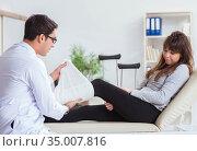 Doctor examining patient with broken leg. Стоковое фото, фотограф Elnur / Фотобанк Лори