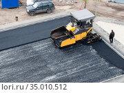 Tyumen, Russia, September 20, 2020: Paving with asphalt laying. Редакционное фото, фотограф Землянникова Вероника / Фотобанк Лори