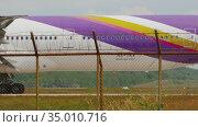 Boeing 777 taxiing along the airport fence (2018 год). Редакционное видео, видеограф Игорь Жоров / Фотобанк Лори