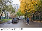 На улицах Москвы осенью. Редакционное фото, фотограф Victoria Demidova / Фотобанк Лори