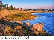 Камни на берегу Белого моря и башни Соловецкого монастыря. Стоковое фото, фотограф Baturina Yuliya / Фотобанк Лори