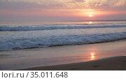 Summer sunny ocean waves and sunset in colorful tones. Стоковое видео, видеограф Яков Филимонов / Фотобанк Лори