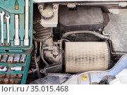 Used air cartridge is in airbox of car engine, close-up view. Стоковое фото, фотограф Кекяляйнен Андрей / Фотобанк Лори