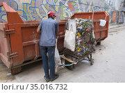 Collecting tin cans in Havana. (2016 год). Редакционное фото, фотограф Andre Maslennikov / age Fotostock / Фотобанк Лори