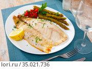 Perch fillet with asparagus and parsley. Стоковое фото, фотограф Яков Филимонов / Фотобанк Лори