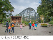 Zoo visitors walking past an aviary, Ouwehands Zoo, Rhenen, The Netherlands... Редакционное фото, фотограф Edwin Giesbers / Nature Picture Library / Фотобанк Лори
