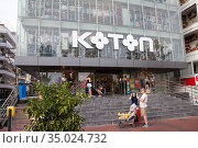 The Koton clothes shop is in large glass building in center of city. It is a Turkish multinational clothing company with chain of retail stores in 25 countries. Alanya, Turkey. Редакционное фото, фотограф Кекяляйнен Андрей / Фотобанк Лори