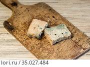 Плесневелый хлеб на старой деревянной доске. Стоковое фото, фотограф Наталья Гармашева / Фотобанк Лори
