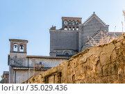 View of the back wall of the 14th-century Roman catholic cathedral Duomo di Orvieto, or Cattedrale di Santa Maria Assunta with bell towers, in Orvieto, Umbria, Italy (2018 год). Стоковое фото, фотограф Сергей Фролов / Фотобанк Лори