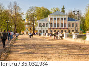 People visiting Uglich Kremlin (2019 год). Редакционное фото, фотограф Юлия Бабкина / Фотобанк Лори